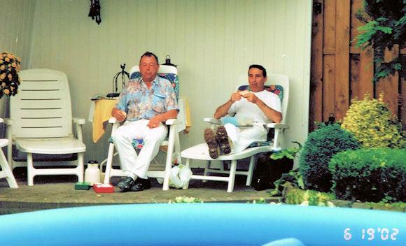 Links oprichter Harrie van Promeren, rechts al meer dan 25 jaar werknemer MJ Walker.